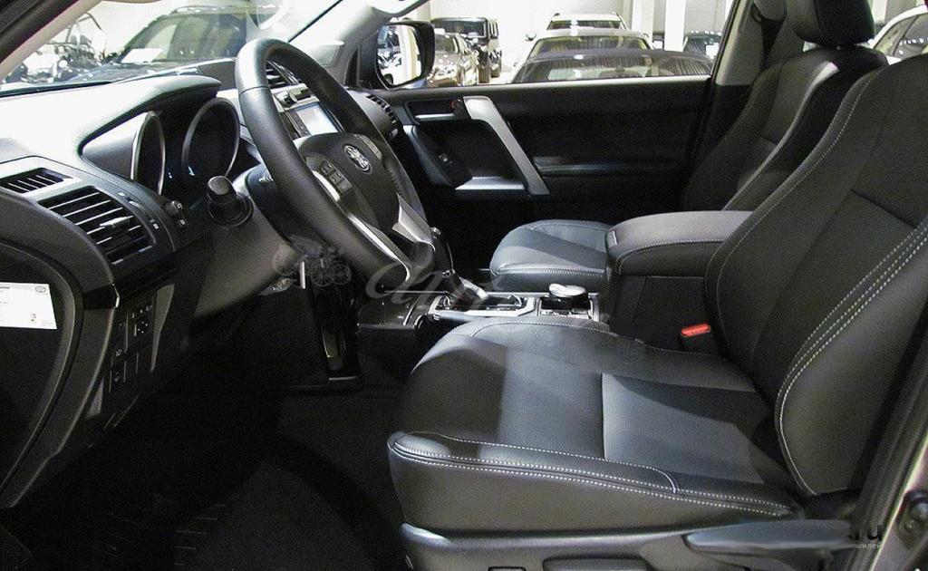 Салон Прадо 150 довольно просторный. В зависимости от комплектации автомобиля: пяти или семиместный. Элементы управления расположены максимально удобно.