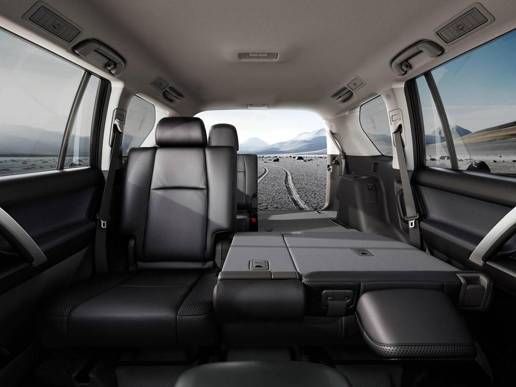 При сложенных задних сиденьях багажное отделение Прадо 150 становится довольно внушительным.