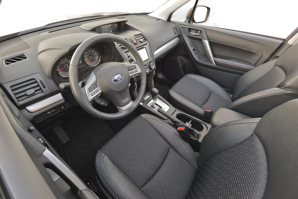 Внутри автомобиль выглядит скромно, при этом присутствуют все необходимые системы. Схалтурили японцы только с подогревом заднего ряда и мультимедийной системой, которая не вписывается в 2015 год.
