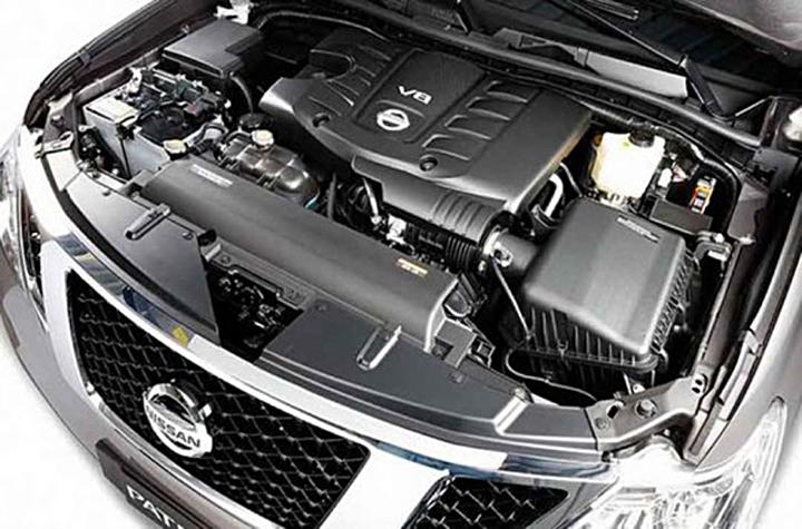 Открыв капот, автомобилист увидит V-образную «восьмерку». Под капотом нет места, так как оно здесь занято электроникой и элементами системы 4х4.