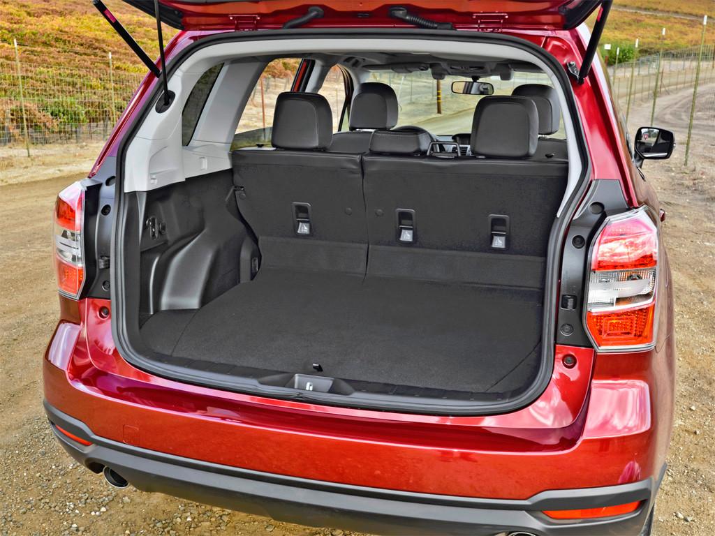 Багажник стал больше по сравнению с третьим поколением - соотношение высоты и ширины позволяет перевозить груз различных габаритов.