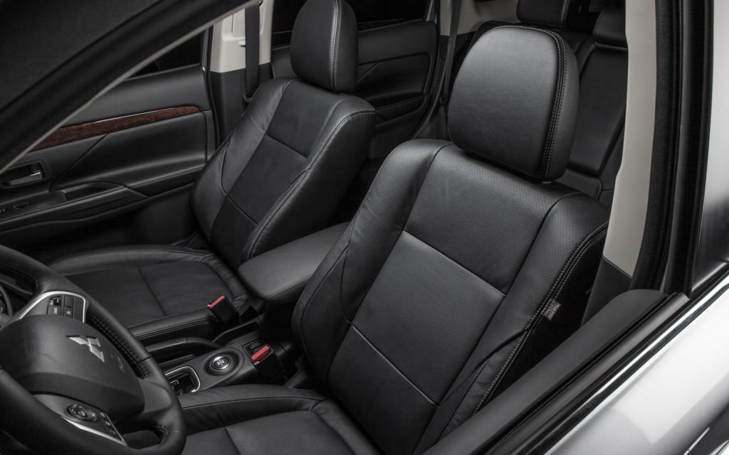 Водительское кресло по-прежнему остается комфортным и качественным. В нем будет приятно сидеть, независимо от продолжительности пути.
