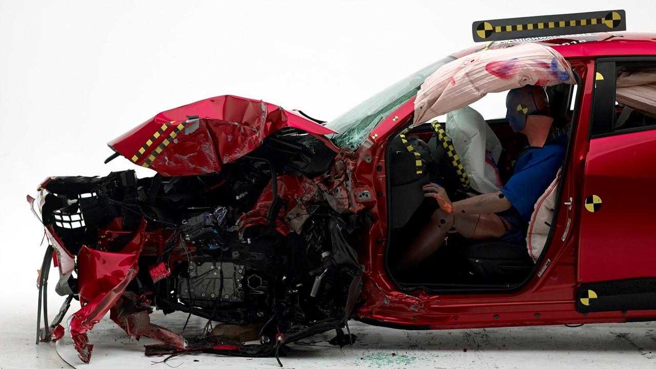 Авто после столкновения со смещением