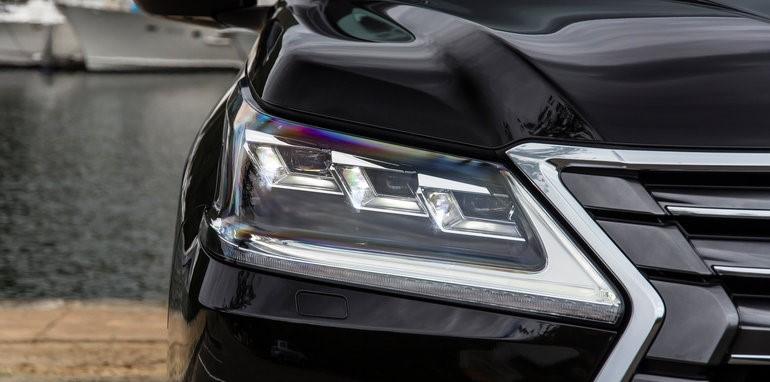 Нетипичная форма матричных LED фар автомобиля