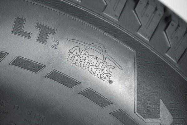 Логотип Arctic Trucks на автомобильной покрышке
