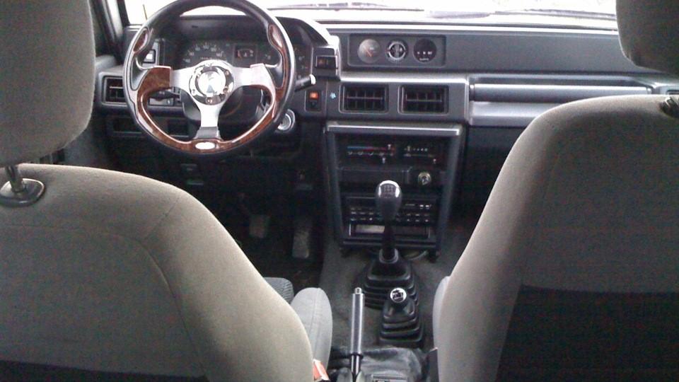 Салон автомобиля комфортный и выполнен в стиле, соответствующем времени выпуска машины
