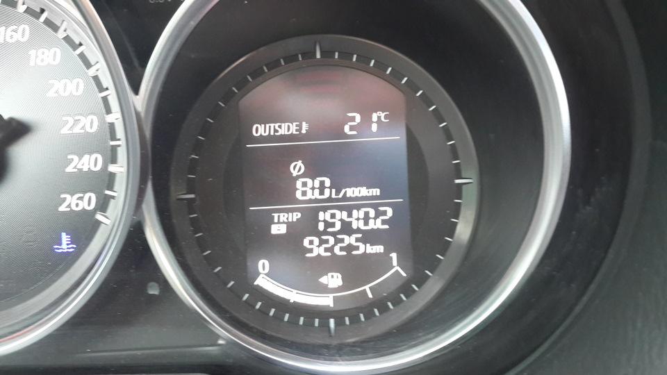 Рис. 2. Передняя панель с показателями потребления топлива.