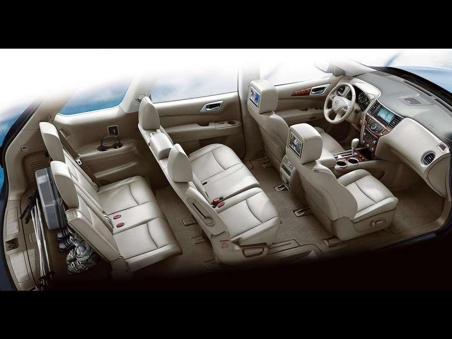 Вид сбоку кроссовера Pathfinder от компании Nissan